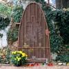 """Lurdská kaplnka z roku 1943 so zatvorenými dvierkami. Bola postavená pri príležitosti 85. výročie zjavenia vr. 1858, kedy sa sv. Bernadette Soubioussovej zjavila Panna Mária so slovami: """"Ja som Nepoškvrnené Počatie""""."""